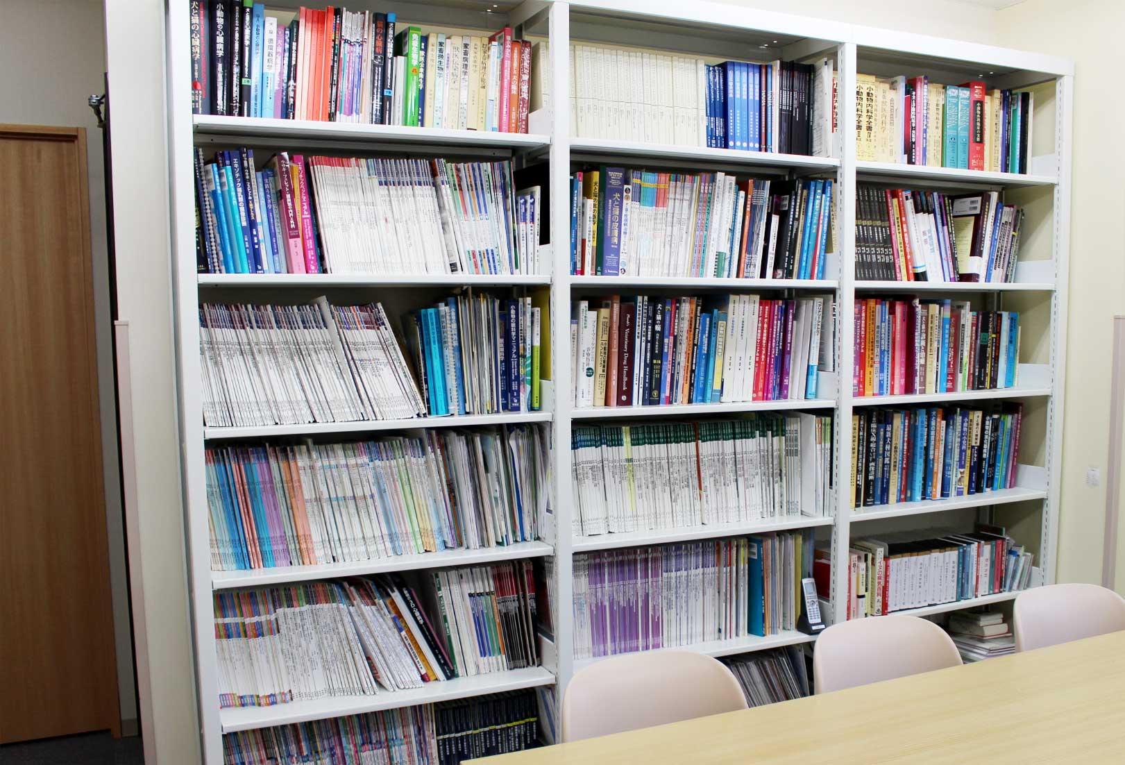 スタッフルームの図書